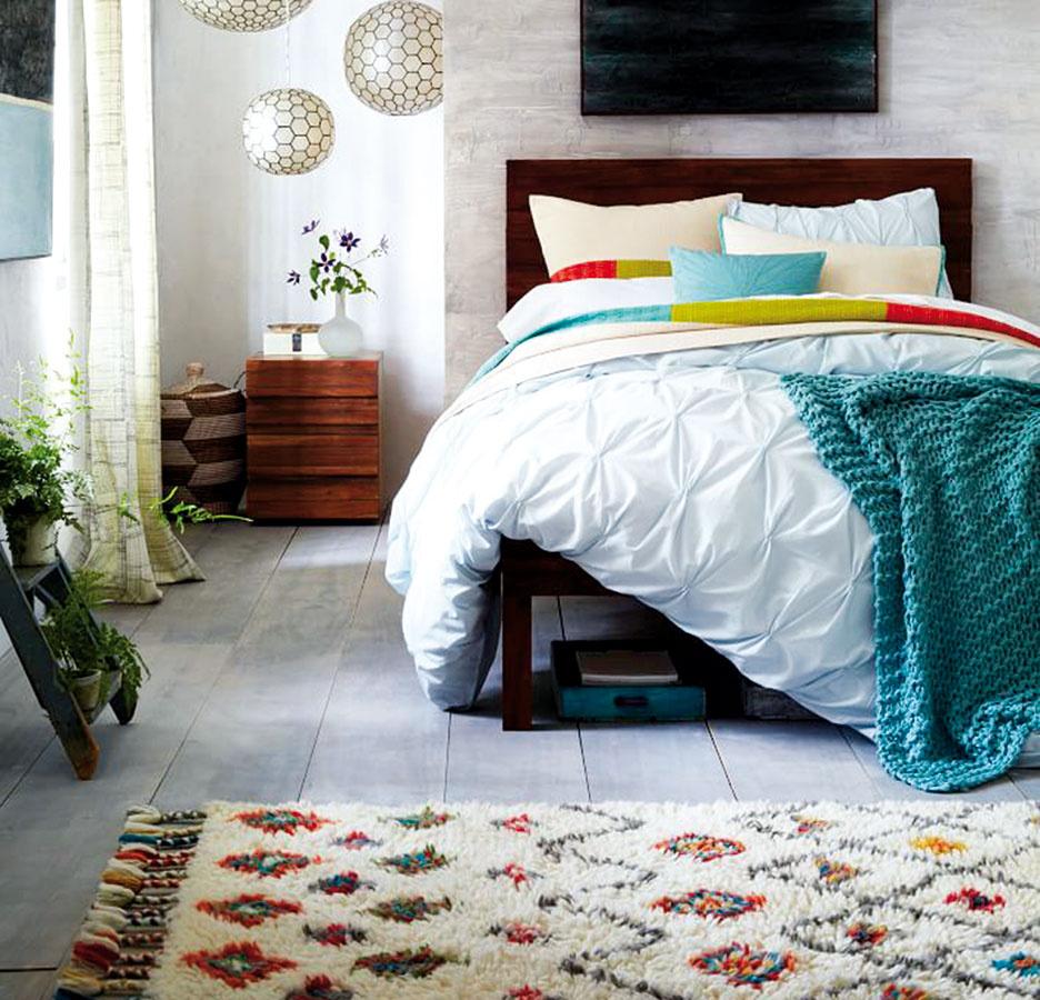 Mäkký orientálny koberec vyrábaný vIndii môže ideálne zapadnúť medzi zvyšok zariadenia, ak sa sním ostatné doplnky aspoň vnáznakoch farebne zladia. Vrôznych veľkostiach je dostupný na www.westelm.com.