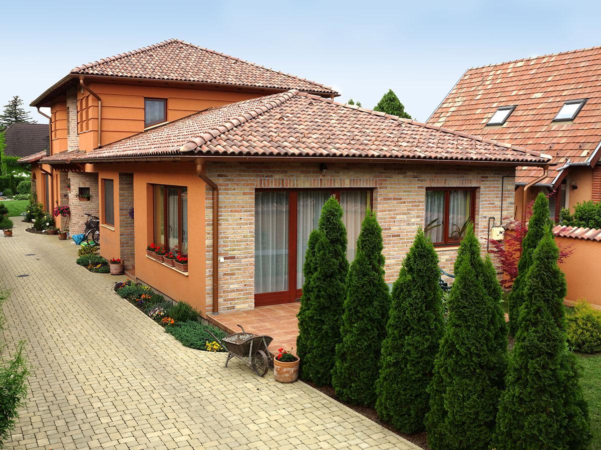 Produktová línia Coppo s vlnitým profilom a štyrmi farebnými melírovanými vyhotoveniami vnesie na strechu vášho domu náladu slnečného Stredomoria.