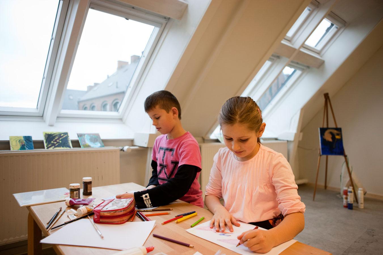 Zdravé a príjemné prostredie pre štúdium v detskej izbe môže deti motivovať, aby sa učili.