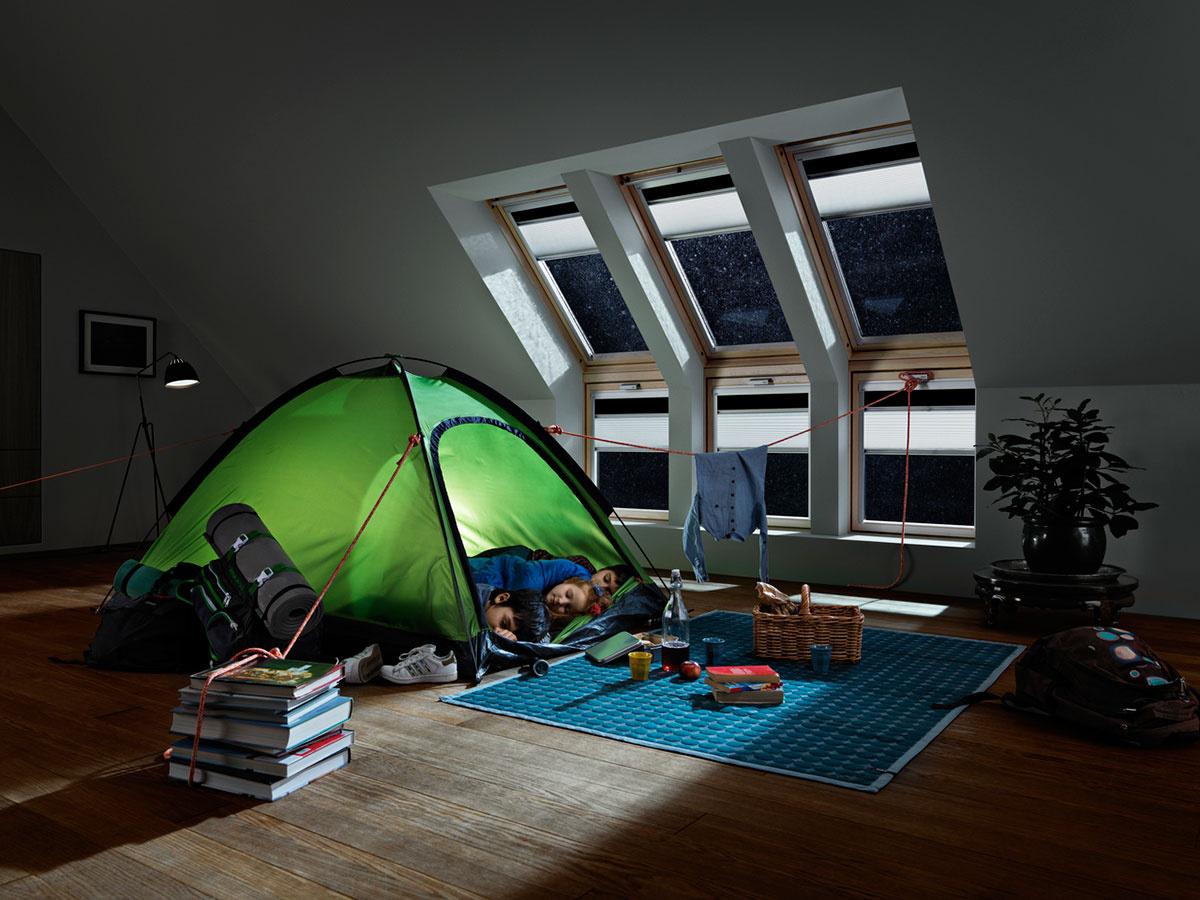 Zatiahnuté zatemňujúce doplnky zaručia v detskej izbe tmu, čím značne dopomôžu k lepšiemu spánku.
