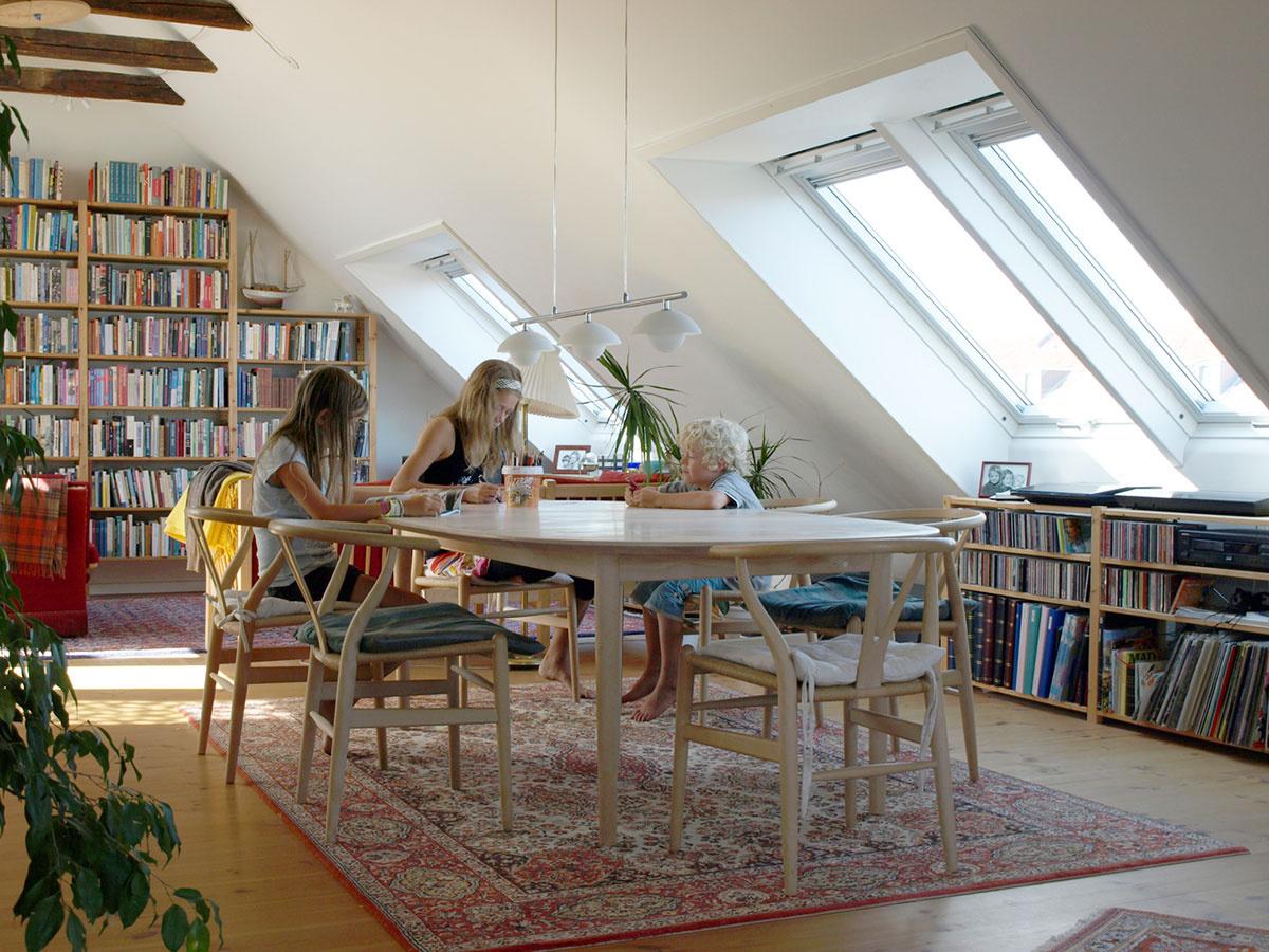 Prirodzené svetlo treba uprednostňovať pred umelým; treba nájsť balans medzi trávením času v interiéri a v exteriéri.
