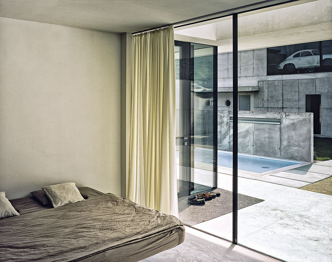 Na obláčiku. Vďaka na prvý pohľad neviditeľnej stredovej opore pôsobí posteľ, akoby sa vznášala vo vzduchu – je to praktické pri upratovaní aj vzhľadom na podlahové kúrenie, ale hlavne originálne azaujímavé na pohľad.