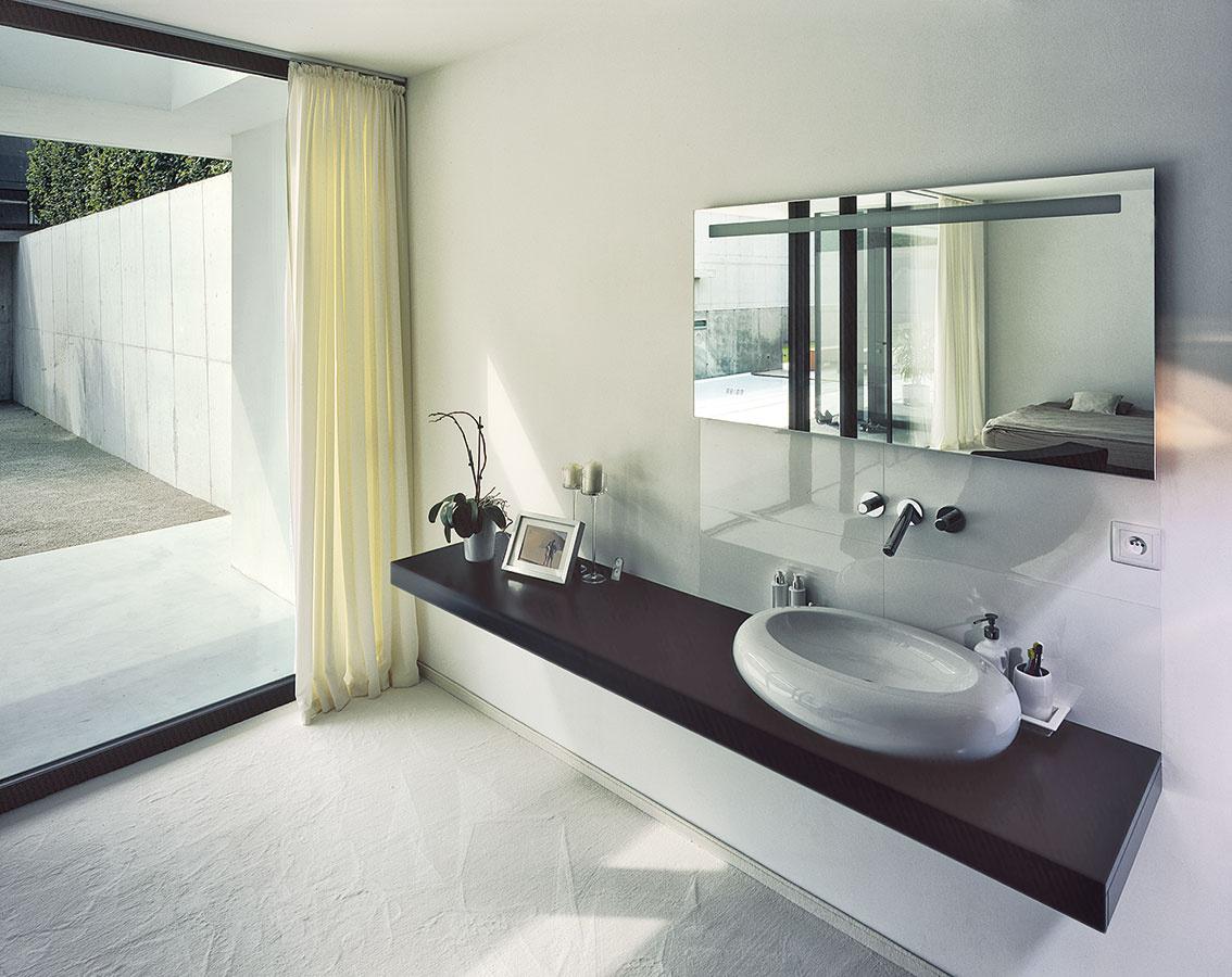 Namiesto toaletného stolíka je vrodičovskej spálni doska sumývadlom azrkadlom, vpláne je osadenie oválnej vane, sktorou počítali aj rozmery miestnosti.