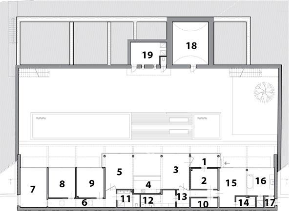 Prvé podlažie 1 vstup 2 šatník 3 jedáleň 4 kuchyňa 5 obývačka 6 chodba 7 izba 8 izba 9 izba 10 šatník 11 kúpeľňa 12 špajza 13 chodba 14 šatník 15 spálňa 16 kúpeľňa 17 WC 18 pivnica 19 technická miestnosť 20 WC
