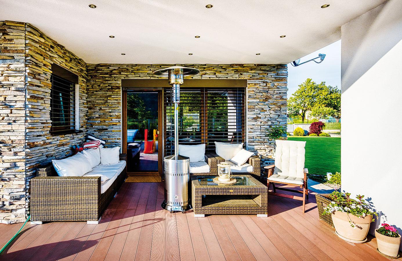 Rozšírená terasa nadväzuje na jedáleň aobývačku. Majitelia si tu zabezpečili príjemný tieň pomocou výsuvnej markízy. Podlaha zkompozitného materiálu je nenáročná na údržbu, stačí ju zčasu na čas umyť vysokotlakovým čističom.