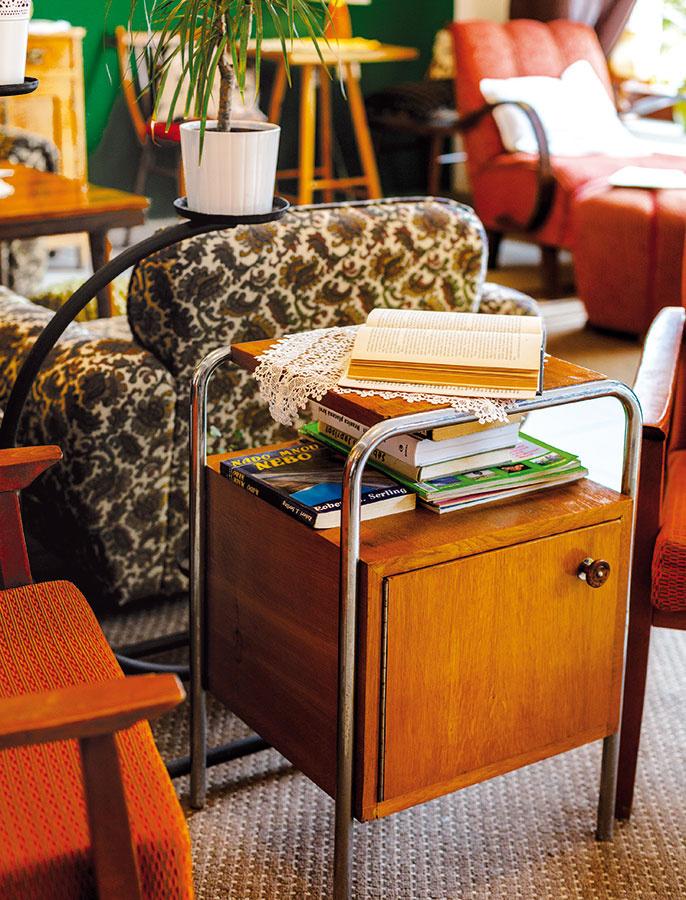 Drevo a kov predstavujú kombináciu, ktorá len tak z módy nevyjde. Takýto stolík poslúži ako konferenčný či nočný, prípadne ako pridružený spoločník kresielka na čítanie. Môžete ho umiestniť aj voľne a dodekorovať napríklad rastlinami.