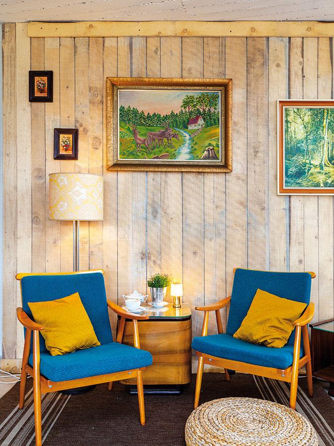 Petrolejová a horčicová sú obľúbený tandem, ktorý sa v súčasnosti uplatňuje najmä v severskom interiérovom dizajne. Skvelým partnerom tejto dvojky je drevo, napríklad aj vo forme obkladu stien. Funkciu príručného stolíka môže pokojne prebrať aj stolík nočný, ktorý kedysi patril do spálňovej zostavy.