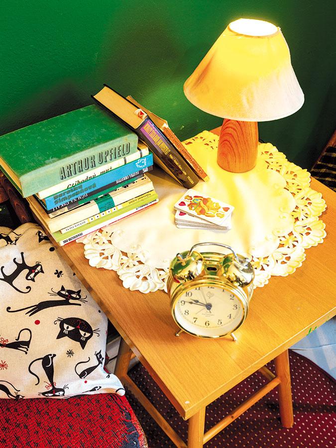 V kútiku na čítanie by nemal chýbať priestor na odkladanie kníh alebo šálky s nápojom. Pokojne si z neho spravte menšiu knižnicu a vystavte na ňom výtlačky, ktoré máte najradšej.