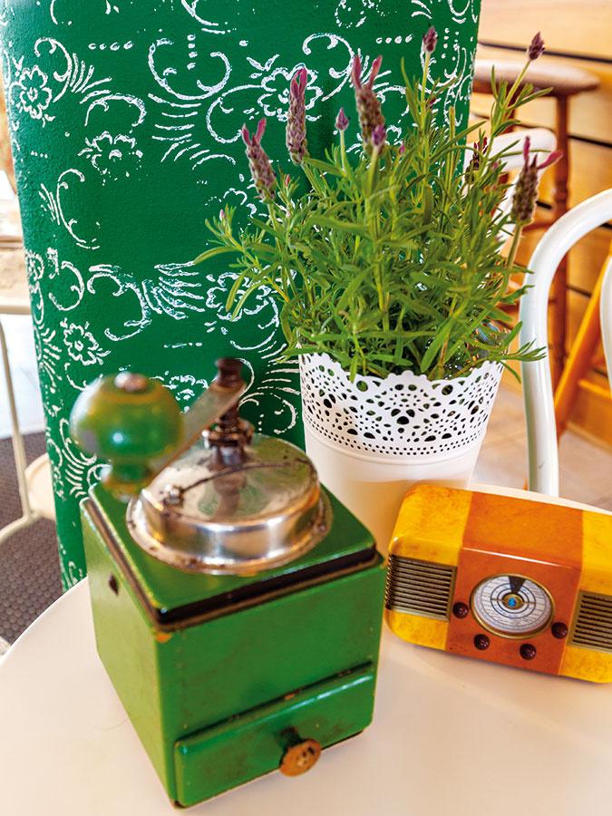 Predmety, ktoré by ste pred pár rokmi možno ešte vyhodili do smetí, sú v súčasnosti čoraz vyhľadávanejšie a dekorujú rôzne miesta. Staré kávové mlynčeky, rádiá, gramofóny či kukučkové hodiny dodajú priestoru v retro štýle ozajstný šmrnc.