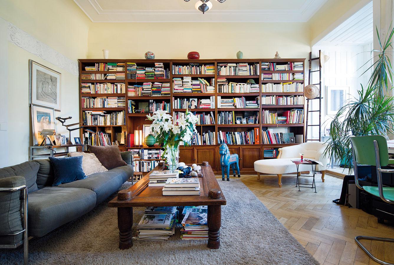 Obletieť celý svet je možné kĺzaním pohľadu po masívnych kusoch nábytku aj originálnych doplnkoch. To všetko na podklade pôvodných drevených parkiet azachovaných secesných štúk.