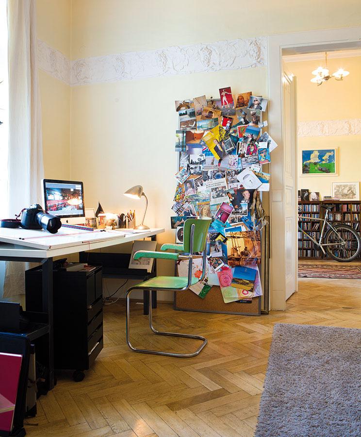 Pracovný kútik architekta Michaela je svetom samým osebe. Stôl anástenka sú vyrobené podľa vlastného návrhu, oživil ich zelenou stoličkou, ktorú objavil vstarej školskej jedálni.