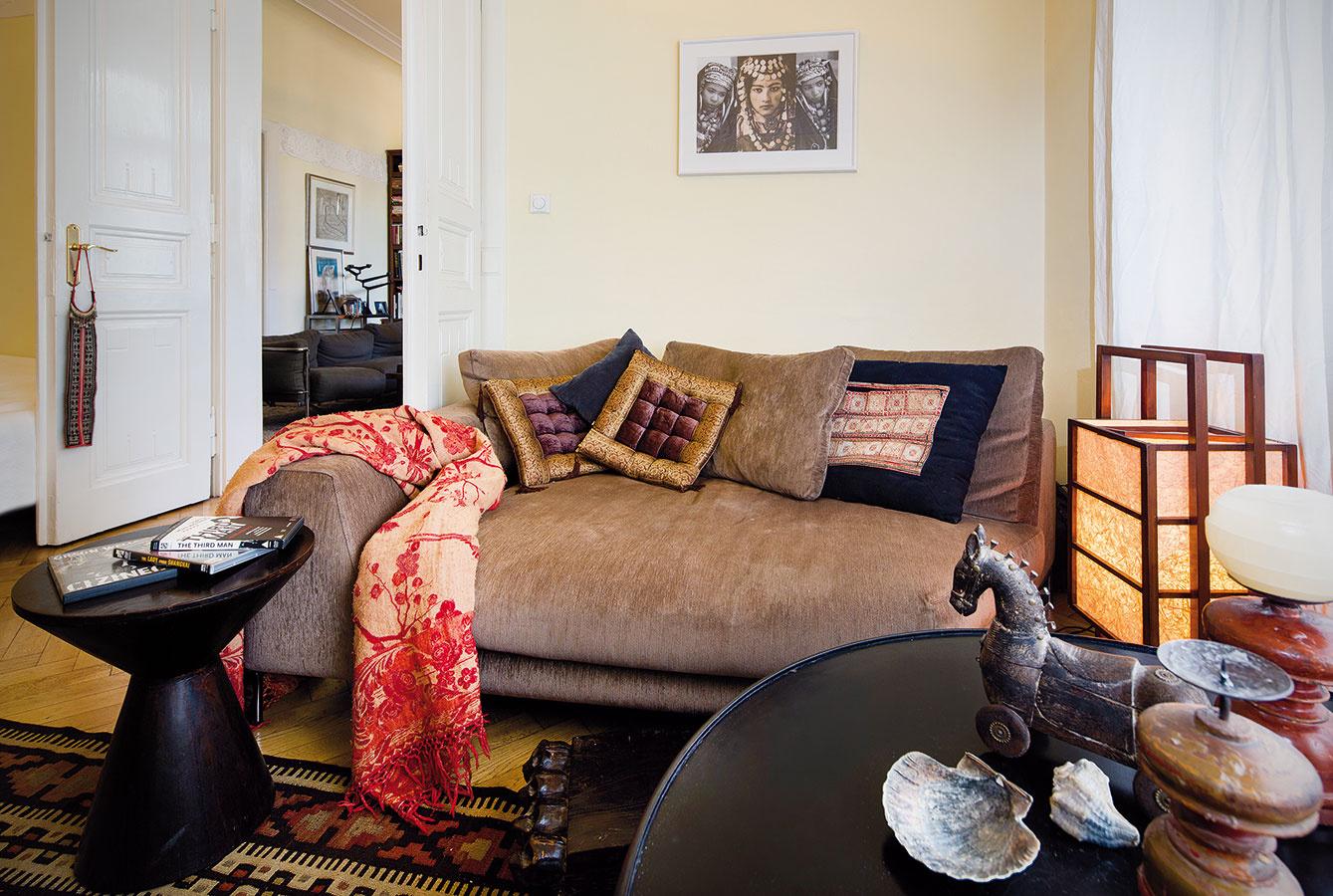 Menšia izba prístupná zobývačky slúži na sledovanie televízie, keďže tú manželia zobývacej izby vytesnili. Občasne je využívaná aj na prespávanie počas návštev Michaelových dcér.