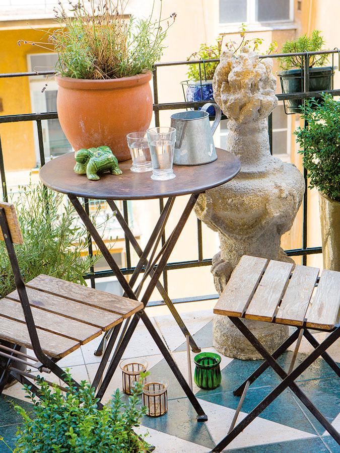 Malý balkón otočený do tichého vnútrobloku zariadili Monika aMichael vprovensálskom štýle. Kamenný stĺp kúpený vSaint Remy de Provence skombinovali sjednoduchým sedením vyrábaným vich obchode.