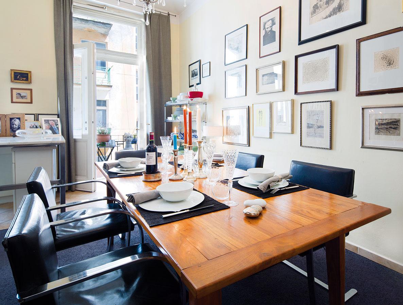 Jedáleň vsebe pojala azda najviac minimalistického nábytku. Vyniknúť tak mohla bohatá zbierka grafík zdobiacich celú šírku steny.