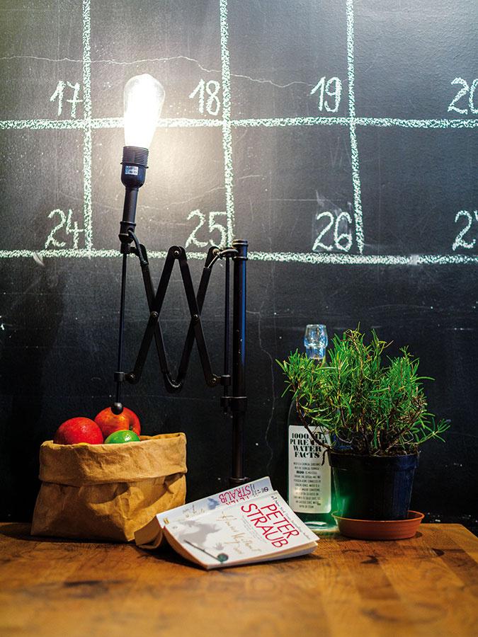 Efektný kalendár nakreslený na stene slúži na zaznamenanie dôležitých udalostí aeventov, ktoré sa konajú vkaviarni alebo vokolitých spríbuznených podnikoch.