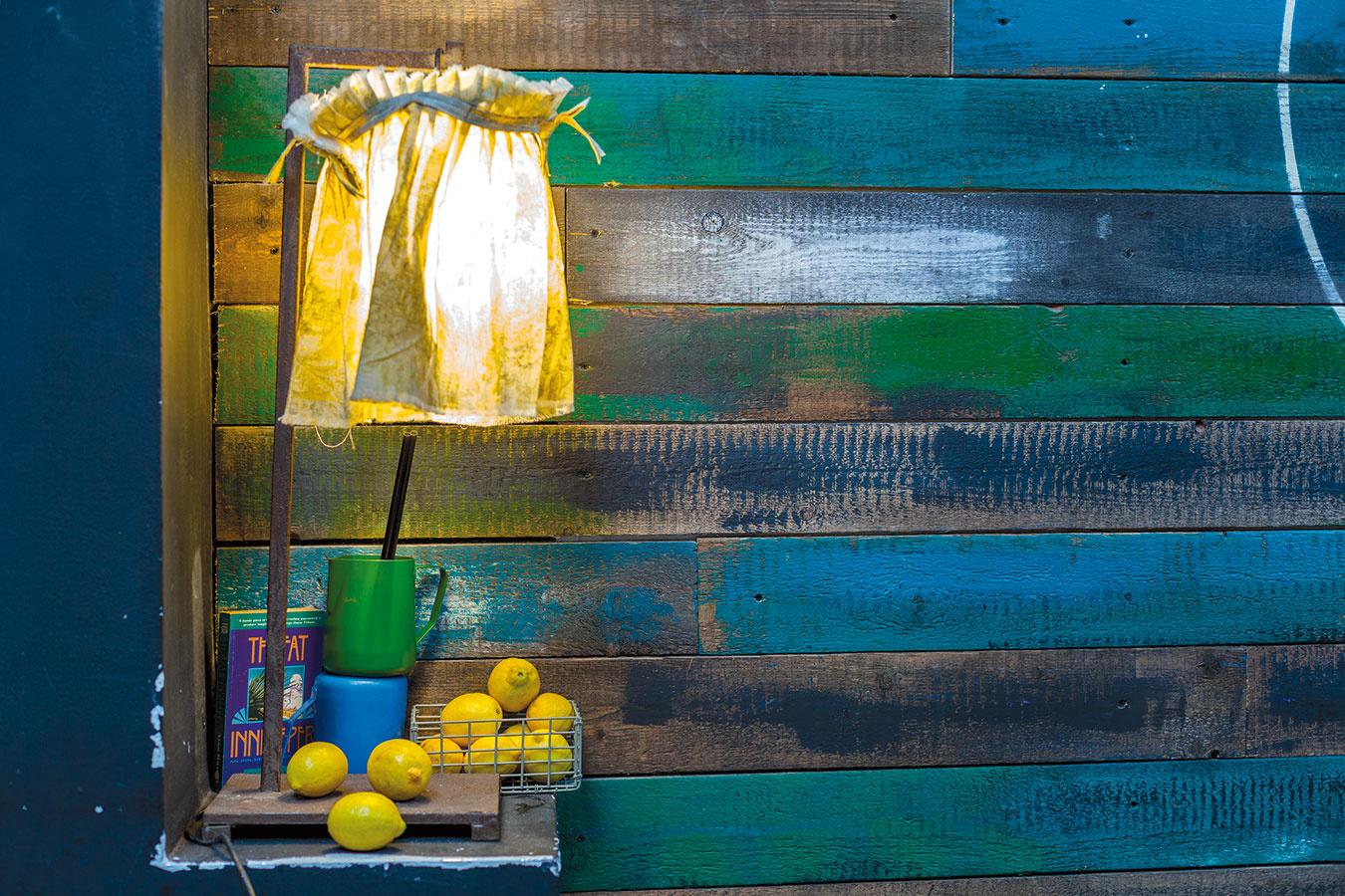Ofarebné nátery stien obložených drevom sa opäť postaral majiteľ. Dosky najskôr namoril apostupne pomaľoval výraznými farbami podľa svojho vkusu acítenia.