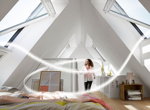 Pri otvorení náprotivných strešných okien dochádza k efektívnemu vetraniu miestnosti – ide o tzv. krížové vetranie.