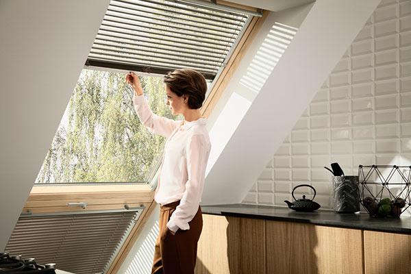 Strešný balkón VELUX CABRIO® na prvý pohľad pôsobí ako obyčajné strešné okno.