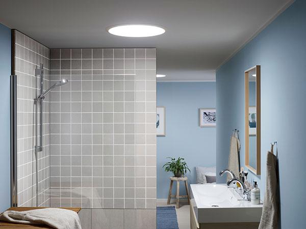 Svetlovod VELUX prinesie denné svetlo aj do priestorov uprostred dispozície, kde sú často situované chodby, kúpeľne alebo šatníky.