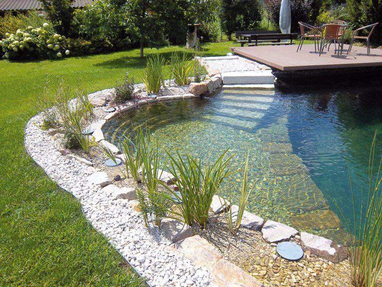 Chcete doma zažiť kúpanie ako v prírode? Vybudujte si v záhrade kúpacie jazierko