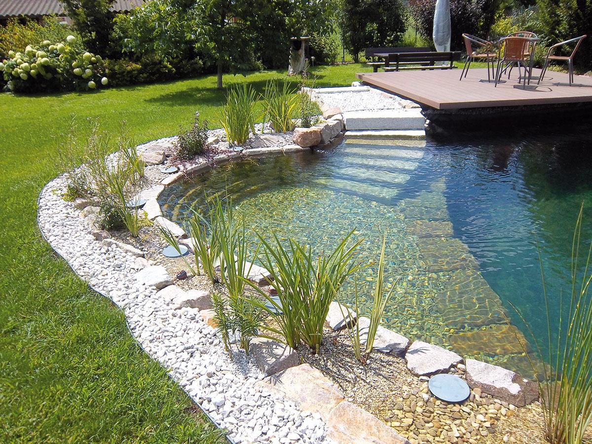 """Pohodlný vstup do jazierka zabezpečia napríklad schody. Kúpacia časť môže mať rôzne hĺbky. Možno tu vytvoriť aj malý """"bazénik"""", ktorý využijú najmä deti."""