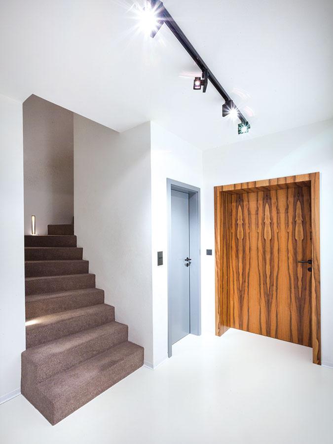 V takmer celom interiéri sa na podlahy použila priemyselná epoxidová stierka bielej farby. Na 1. poschodí sa v obytných miestnostiach aj na schodisku zvolil svetlosivý koberec s nízkym vlasom.