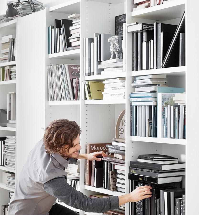 Variabilita na prvom mieste. Jednou z najvhodnejších možností sú nábytkové systémy a zostavy s nastaviteľnými policami. Knihám s rôznymi rozmermi tak dokážete vytvoriť ideálny priestor a rôzne vysoké police navyše pôsobia príjemne hravo (nábytková zostava Meda, predáva BoConcept, Light Park).