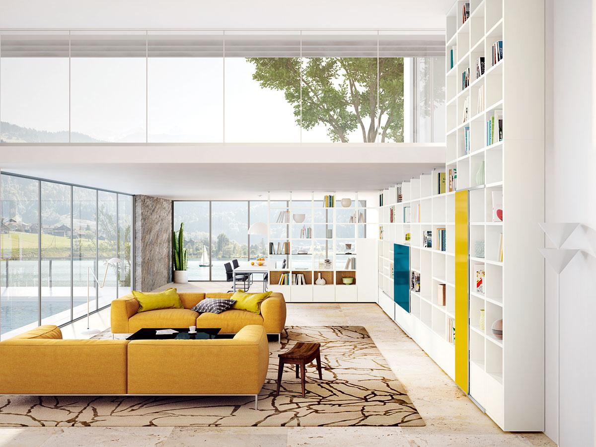 Využitá výška. Vo vysokých (otvorených) priestoroch sa priam pýta využiť celú výšku miestnosti. Otvorené police doplnia uzavreté skrinky, prípadne časť z nich možno prekryť posuvnými dvierkami v akcentujúcej farbe – petrolejovej alebo curry (nábytková zostava Mega-Design od značky Hülsta, predáva Merito).