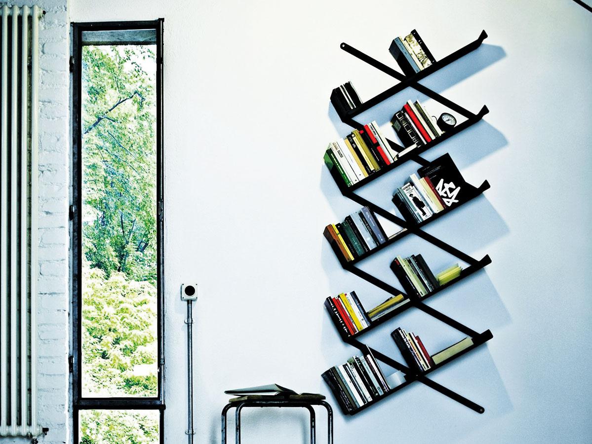 Zabývané na stene. Pomerne subtílne pôsobiace knižnice ukotvene priamo na stene nájdu uplatnenie aj v tých na priestor skúpejších bytoch. Mnohé z nich ponúkajú viaceré možnosti ukotvenia aj možnosť pracovať s ich šírkou, resp. výškou (knižnica Minibooxx od značky Desalto, predáva Triform Factory).