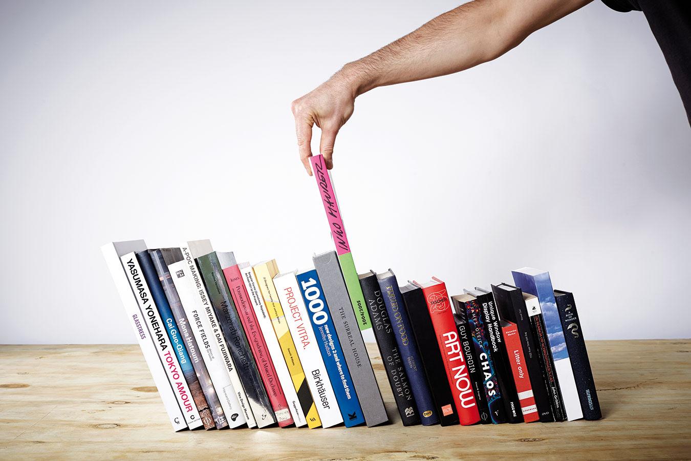 Malý zázrak. Vďaka neviditeľnej zarážke budú vaše knihy na polici pôsobiť naozaj štýlovo a nejednu vašu návštevu bude určite zaujímať, ako to funguje. Takáto zarážka udrží viac ako meter kníh rôznych veľkostí aj tvarov (neviditeľná zarážka na knihy od značky Paul Cocksedge Studio, predáva www.bonami.sk).