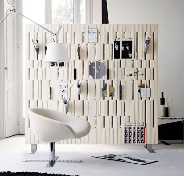 Mäkká stena Soft Wall od značky B&B Italia je vyrobená z na dotyk príjemnej plsti, ktorá je ukotvená na oceľovom ráme s priznanými nožičkami. (Predáva Konsepti.)