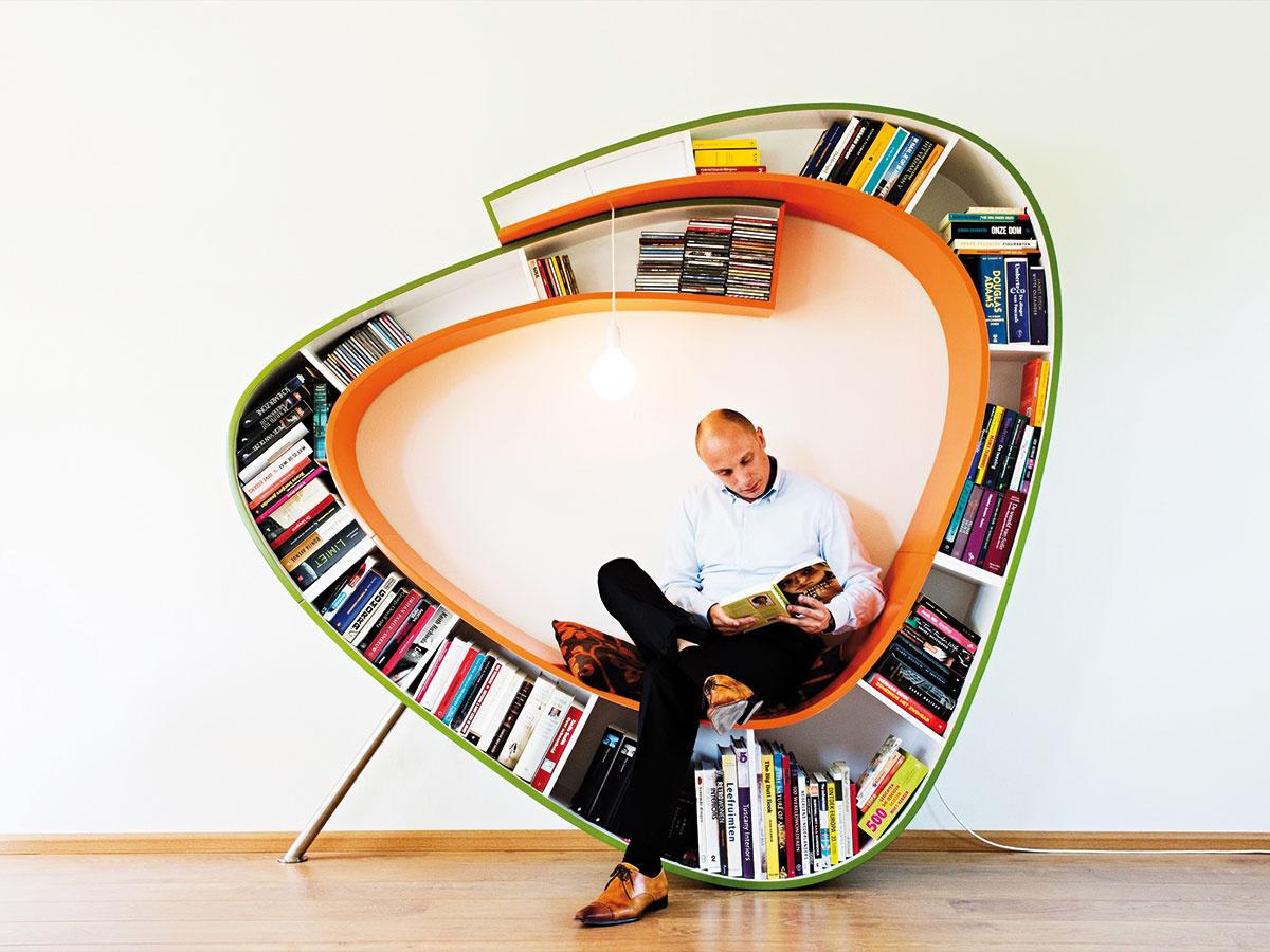 Bookworm je produktom holandského štúdia Atelier 010. Vďaka organickému tvaru ponúka pohodlné sedenie. Je dostupný vo viacerých farbách. (Predáva www.atelier010.nl.)