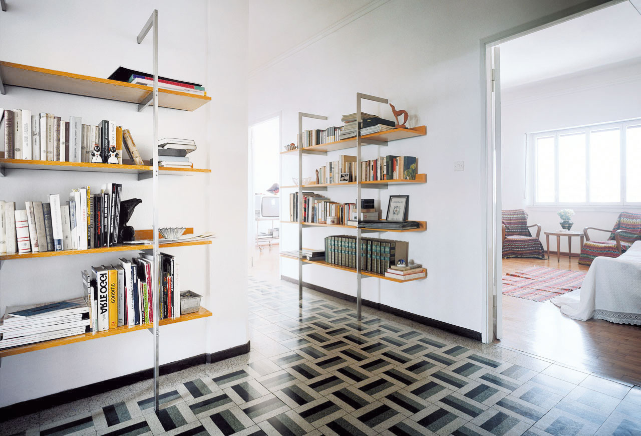 Police knižnice Aliante od značky Cappellini sú dostupné v lesklej alebo matnej lakovej úprave a vo viacerých druhoch drevín.