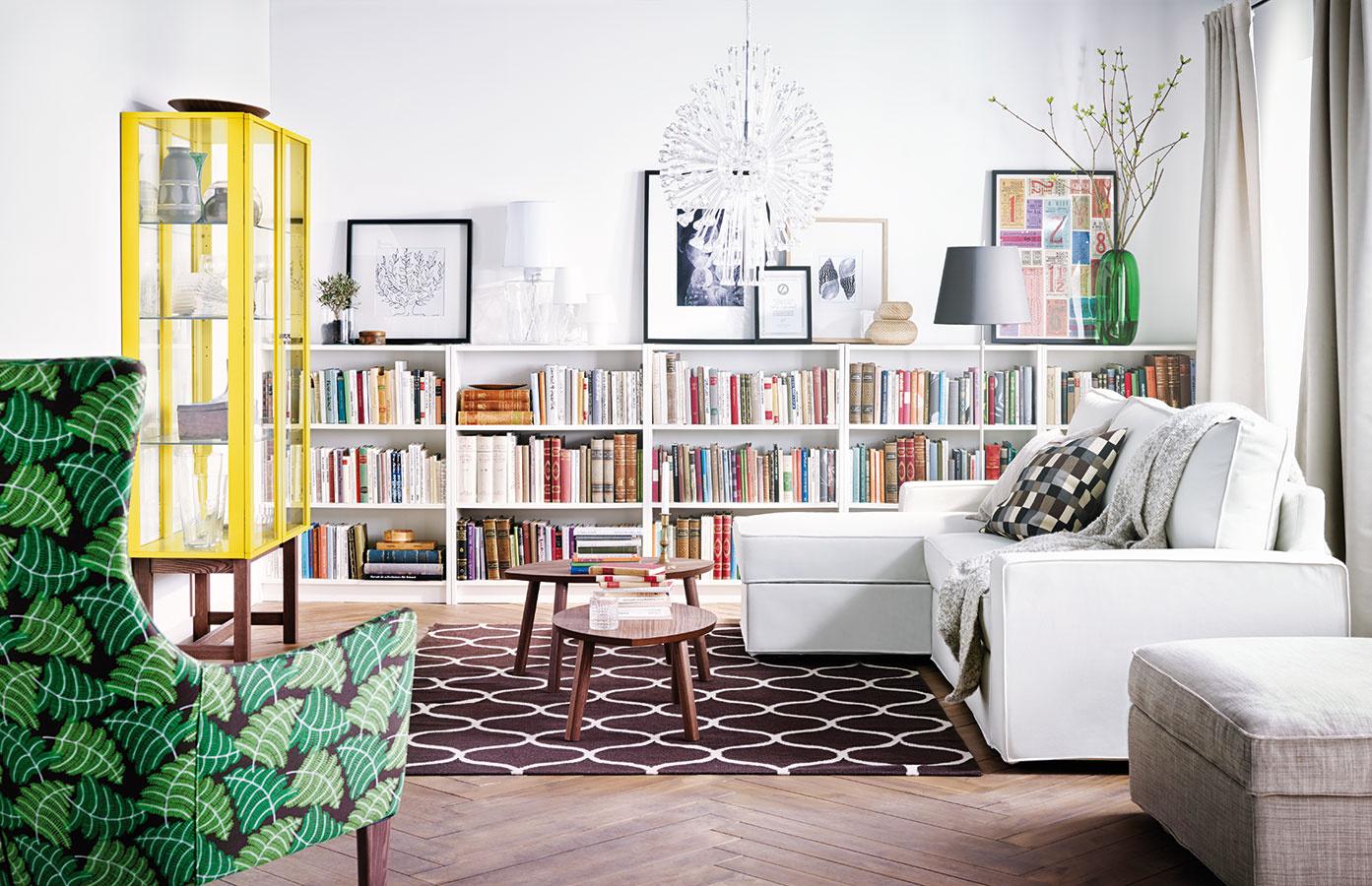 Knižnica Billy zo sortimentu IKEA má tri nastaviteľné police. Vrchnú časť skriniek možno použiť na umiestenie dekorácií,  obrazov či grafík. (Predáva Konsepti.)