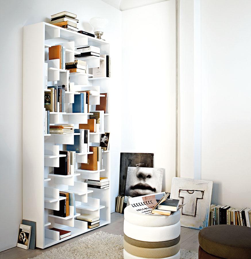Jednoduchú  a elegantnú knižnicu Target vyrobilo pre značku Arketipo populárne japonské dizajnérske štúdio Nendo. (Predáva EKOMA design.)
