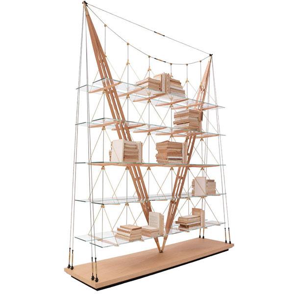 Knižnica Juniper od značky Kenneth Cobonpue, masívny dub, 128 × 213 × 22 cm alebo 156 × 213 × 33 cm, od 2002,68 €, predáva www.designpropaganda.com.