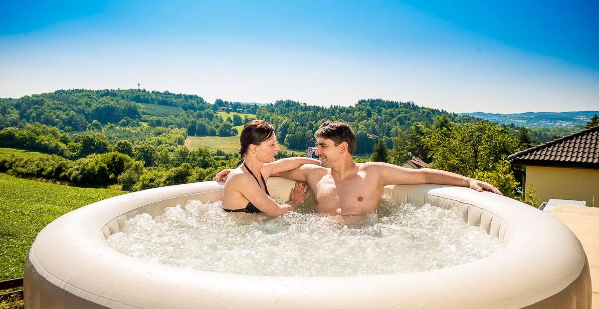 Prakticky v každej záhrade, na terase alebo pri bazéne si možno vďaka elegantne vyzerajúcej nafukovacej vírivke vytvoriť vlastný wellness kútik – a užívať si bublinkový kúpeľ.