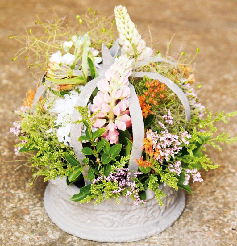 Rozkvitnutá kvetinová korunka na slávnostný stôl