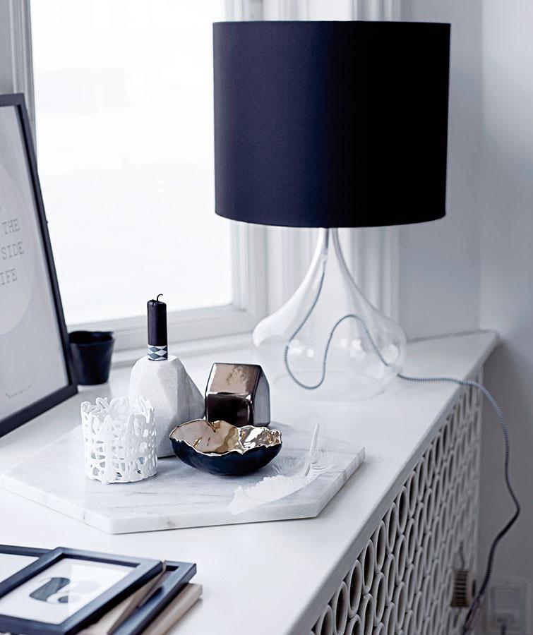 Podnosy, tácky alebo aj obyčajné dlaždice sú výborným zjednocujúcim prvkom na viac drobností. (Predáva www.bloomingville.com.)