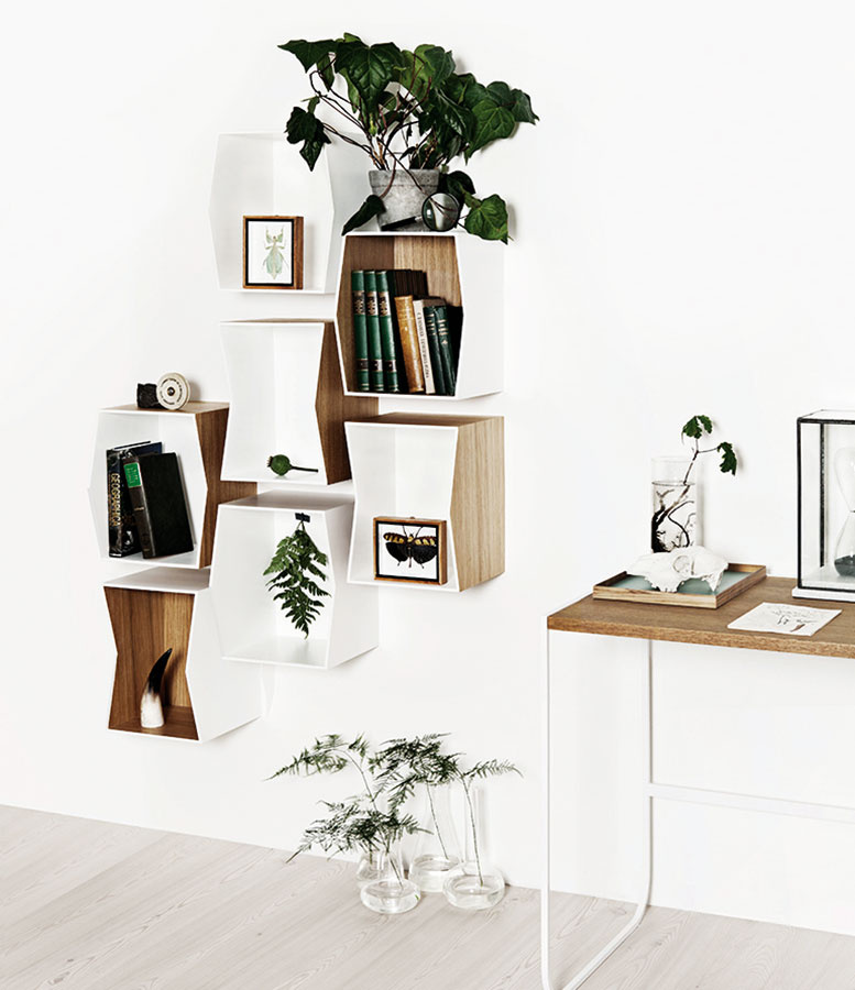 Kolekcia políc Flip od ateliéru Hviid Damsbo sa vyznačuje spojením viacerých geometrických tvarov ako odkazov na základné formy architektúry. (Predáva www.munkcollective.com.)