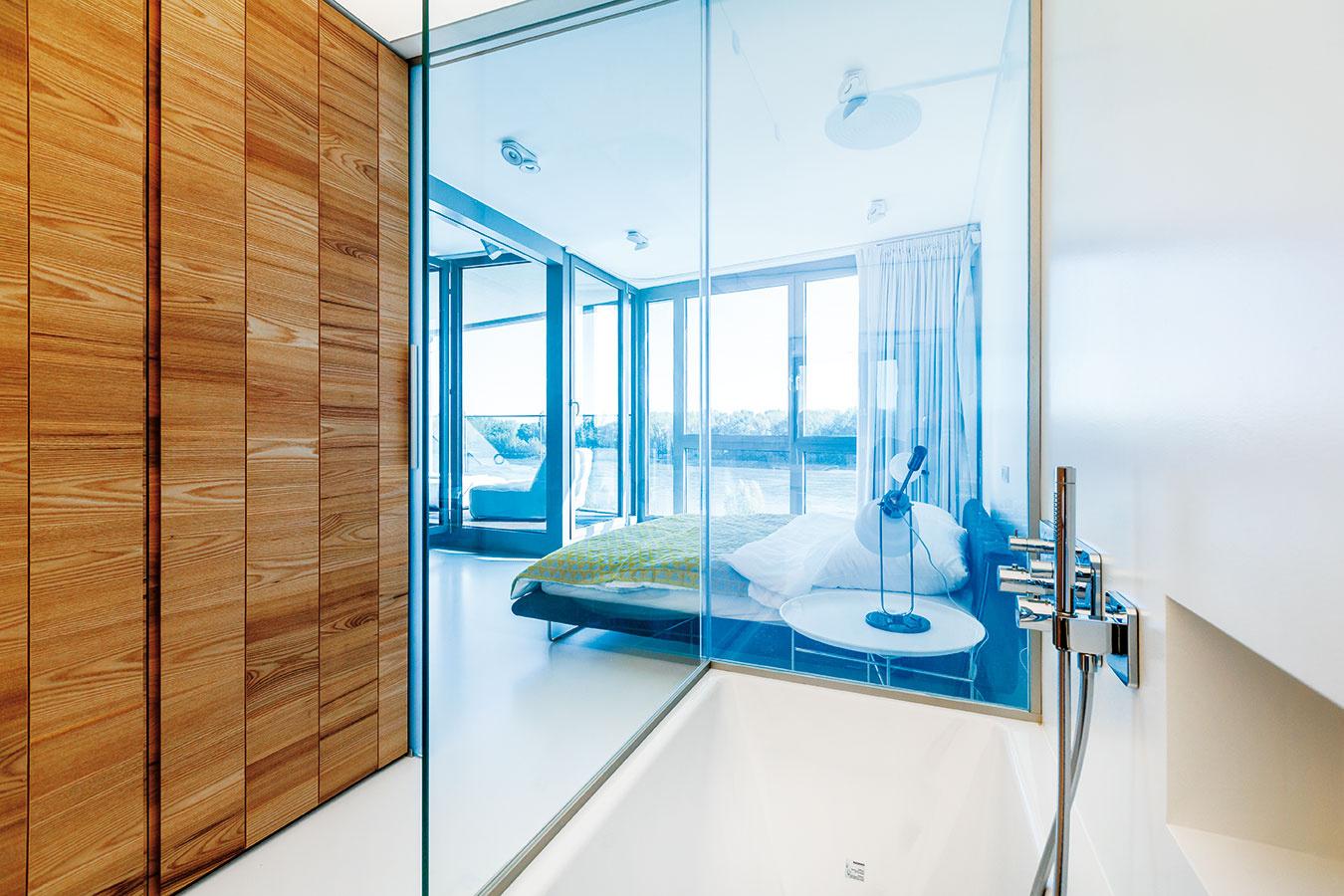 """Šatník vkúpeľni. Hlavné úložné priestory spálne umiestnili architekti do dreveného boxu oddeľujúceho dennú anočnú zónu. Prístupné sú pritom zkúpeľne. """"Toto netradičné riešenie sme si mohli dovoliť vďaka tomu, že kúpeľňa má okrem kvalitného núteného odsávania aj možnosť prirodzeného vetrania cez otvorené okno,"""" vysvetľuje architekt Huliman."""