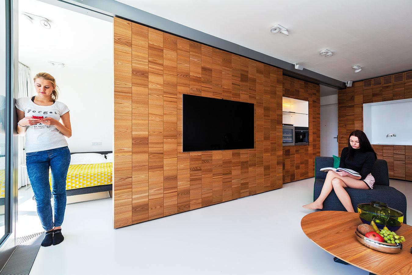 Nad vecou. Masívna stena je vedená len zhora, podlaha je tak jednoliata vcelom interiéri.