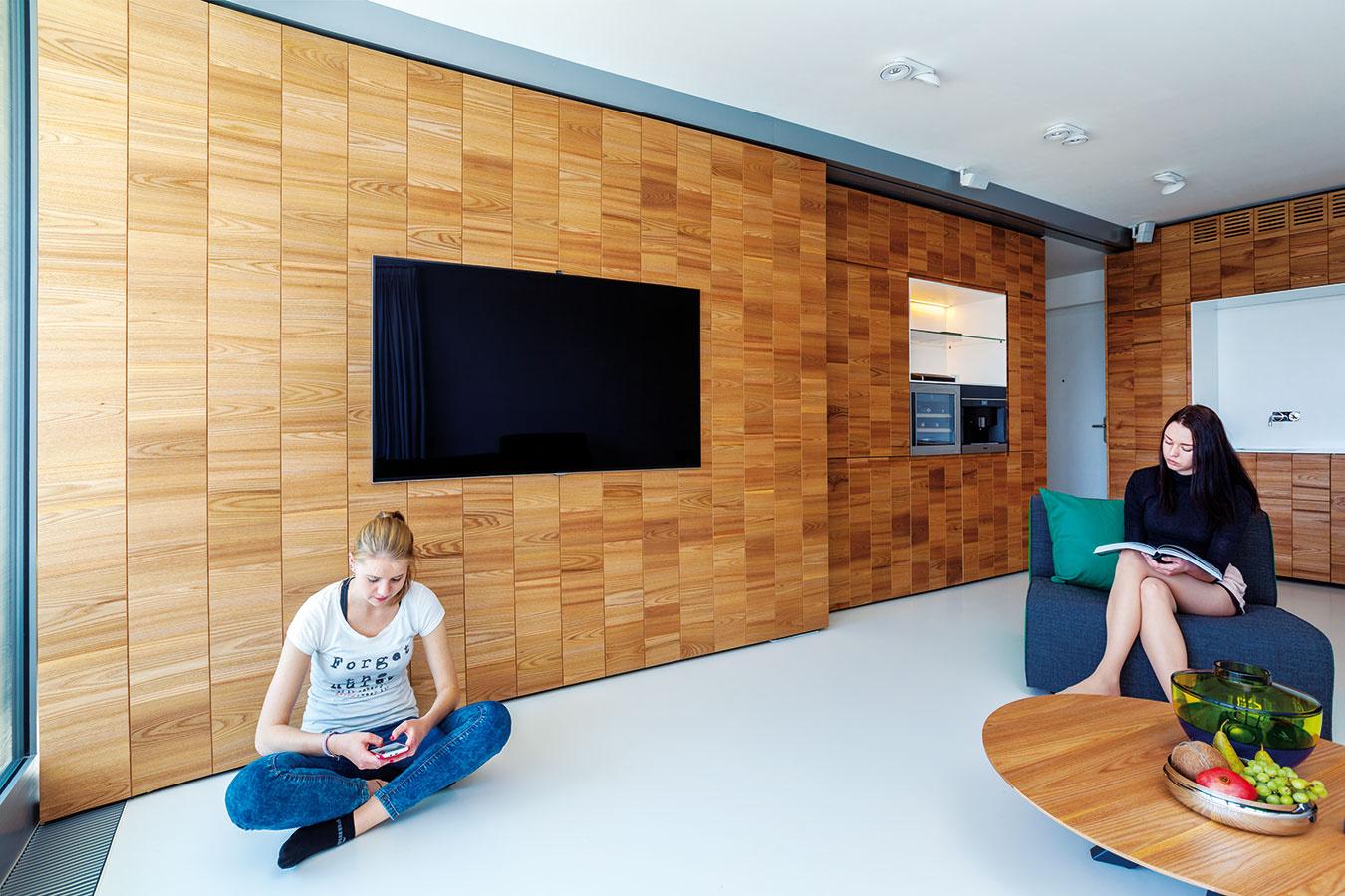 Pohyb steny sa dá ovládať spínačmi aj aplikáciou vtelefóne.