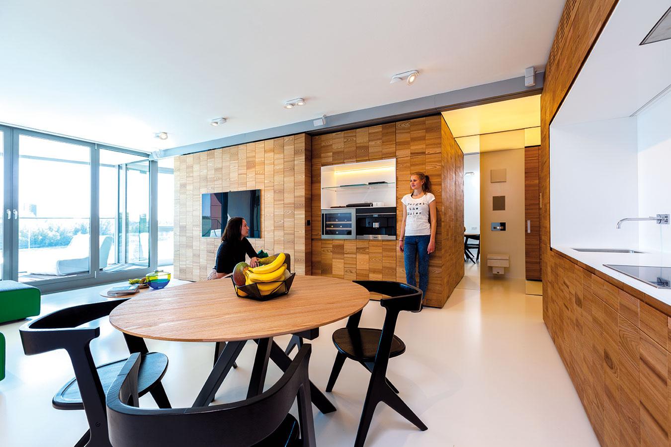 """""""Denný variant"""" so zatvorenou spálňou zodpovedá bežným denným priestorom, na aké sme zvyknutí – obývačka, kuchyňa, jedáleň."""