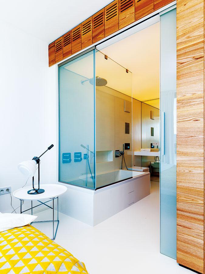 Kúpeľňa je čistá aminimalistická, určite však nie fádna. Zvláštnosťou je napríklad osvetlenie, ktoré zabezpečuje stmievateľný svetelný strop splošnými LED diódami.