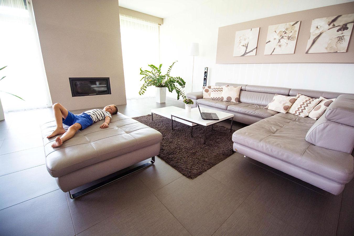 """Maximálny komfort za nízke náklady Manželia Kamenskí mali jasnú predstavu o spoločnom bývaní v rodinnom dome. Pre seba a svojho syna chceli vytvoriť útulný domov, v ktorom sa prepojí teplo domova s modernými prvkami. Po dôkladnom zvážení sa preto rozhodli pre kombináciu kozuba a systému elektrického podlahového vykurovania DEVITM. Prízemný rodinný dom s úžitkovou plochou 170 m2 postavili manželia pred šiestimi rokmi. V interiéri sa prelínajú moderné prvky s klasickými. """"Do štýlu nášho domu sa nehodili radiátory. Hľadali sme preto alternatívne riešenia vykurovania. Na elektrickom podlahovom vykurovaní DEVITM ma najviac oslovilo to, že každá izba má svoj termostat a teplotu možno regulovať v každej miestnosti samostatne,"""" hovorí spokojný majiteľ domu. Systém elektrického podlahového vykurovania DEVITM preto inštalovali v celom dome. A to nielen v obývacej miestnosti spojenej s kuchyňou, kde je položená dlažba, ale aj v miestnostiach s plávajúcou podlahou.  """"Najviac ma oslovilo a zaujalo"""