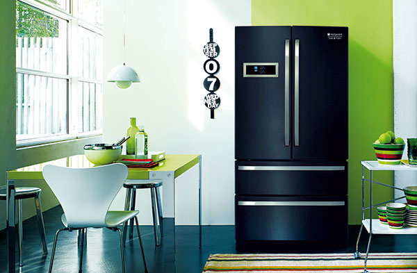 Okrídlené. Pri väčších chladničkách uľahčujú prístup aj často využívané dvojkrídlové dvere. Tomuto modelu od značky Hotpoint to prinieslo prívlastok  French Door.