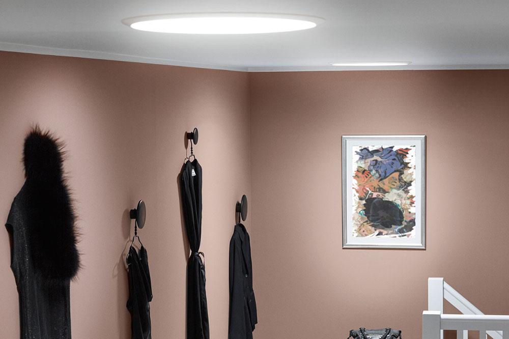 Denné svetlo prichádzajúce cez svetlovody dodá unikátnu atmosféru aj v priestoroch uprostred dispozície.