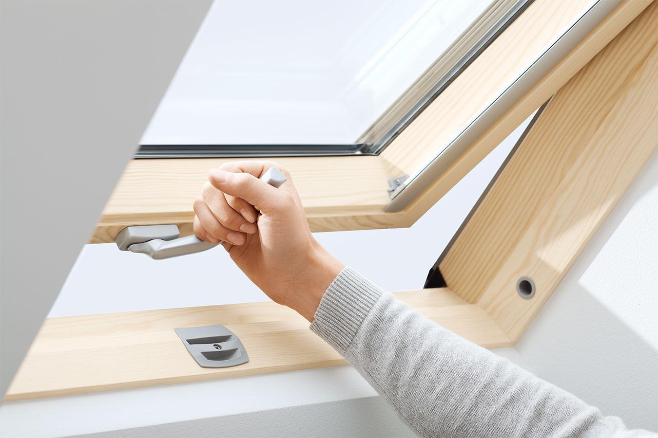 Strešné okná VELUX so spodným ovládaním možno otvárať prostredníctvom pozinkovanej kľučky.