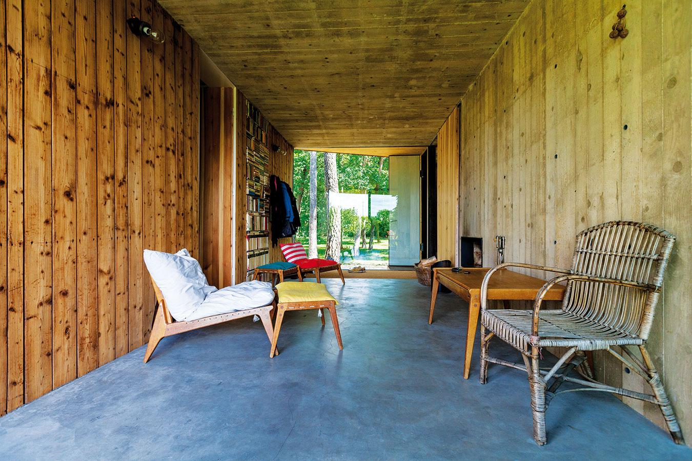 Hala sotvoreným kozubom, ktorá prepája obe pôvodné stavby, je obľúbeným miestom domácich. Slúži nielen ako predsieň, ale predovšetkým ako odpočiváreň, čitáreň, meditačná miestnosť aherňa.